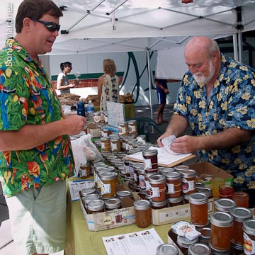 Steve Stefanko (right) of Honomu Jams serves a customer.